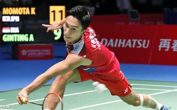 男子シングルス準々決勝でインドネシア選手と対戦する桃田賢斗(26日、武蔵野の森総合スポーツプラザ)=共同