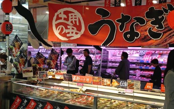 イオン葛西店のウナギ売り場にはサケのかば焼きなども並ぶ(東京都江戸川区)