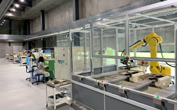 金子眼鏡の生産工場で稼働するファナックのロボット(福井県鯖江市)