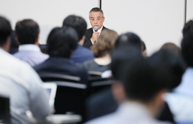 吉本興業の岡本社長は「日本で1番厳格な会社に」と話す