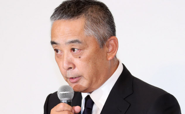 記者会見する吉本興業の岡本社長(22日、東京都新宿区)