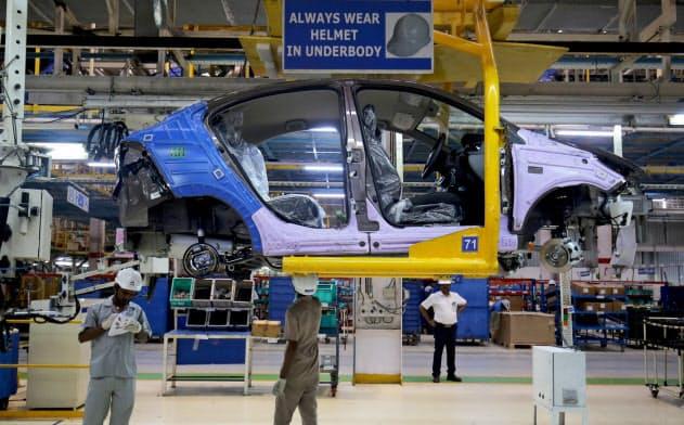 メーカー各社は減産を余儀なくされている(インド西部のタタ自の工場)=ロイター
