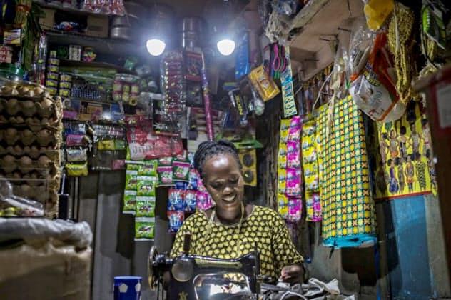 住商はアフリカの未電化地域でモバイル決済と組み合わせた電力事業に取り組む