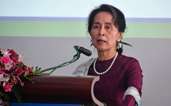 17日、ヤンゴン市内のイベントで演説するアウン・サン・スー・チー国家顧問