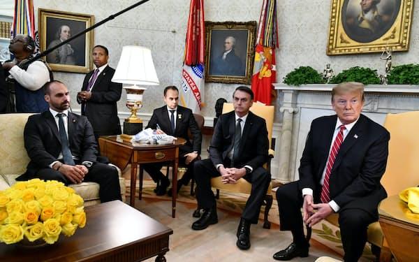 エドゥアルド氏(左)はボルソナロ大統領(中)とトランプ米大統領(右)の会談にも同席した(3月、ワシントン)
