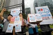 日韓の緊張が高まっている(写真は輸出規制に抗議する韓国の労働者たち、AP)