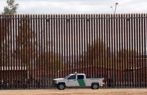 メキシコとの壁の近くにとまる米国境警備隊の車両(4月)=AP