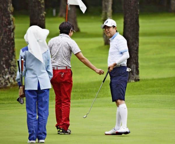 友人らとゴルフを楽しむ安倍首相(右)(27日午前、山梨県山中湖村)=代表撮影
