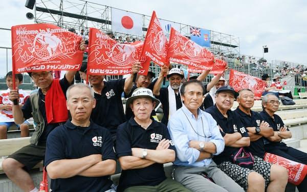 スクラム釜石代表の石山次郎さん(左手前から3人目)はスタジアムでラグビー仲間と対フィジー戦を観戦した(27日、岩手県釜石市)