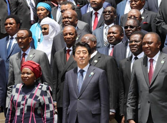 3年前の第6回TICADで各国首脳と記念写真に納まる安倍首相(ナイロビで)=浅原敬一郎撮影
