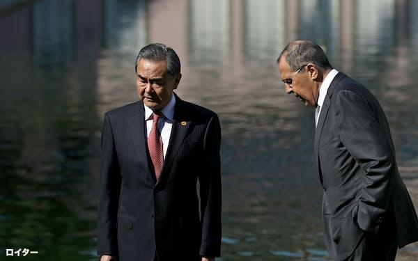 ブラジルを訪問中の中国の王毅外相(左)とロシアのラブロフ外相(7月26日、リオデジャネイロ)=ロイター