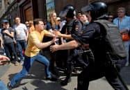モスクワで27日、警官隊と小競り合いになった抗議運動の参加者=ロイター