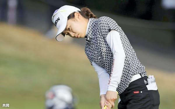 第3ラウンド、1番でパットを放つ安田祐香(27日、エビアン・リゾートGC)=共同