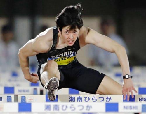 男子110メートル障害 13秒30の日本新記録で優勝した高山峻野(27日、ShonanBMWスタジアム平塚)=共同