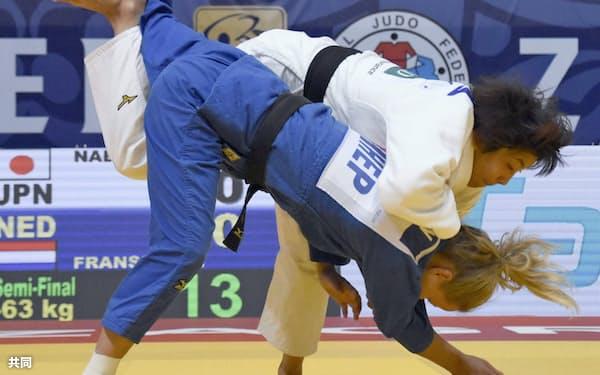 女子63キロ級準決勝 オランダ選手(下)を攻める鍋倉那美(27日、ザグレブ)=共同