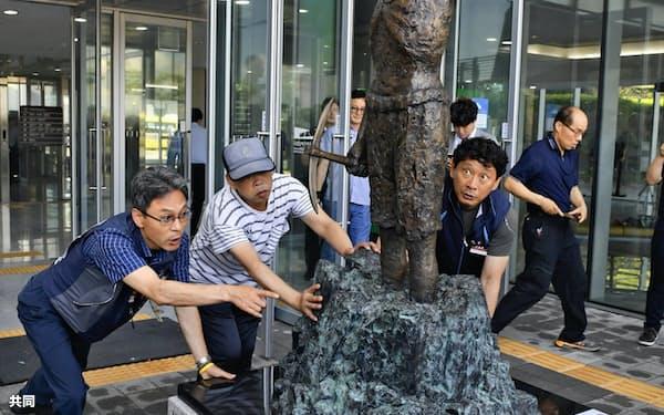 韓国の釜山では昨年、市民団体が日本総領事館前に「徴用工像」の設置を試みるなど反日的な活動がしばしば見られる=共同