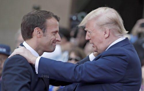 デジタル課税を巡って対立を深めるトランプ米大統領(右)とマクロン仏大統領(左)=AP