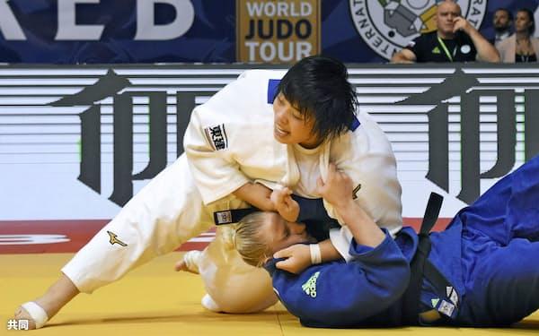 女子78キロ超級準々決勝 一本勝ちした素根輝(28日、ザグレブ)=共同