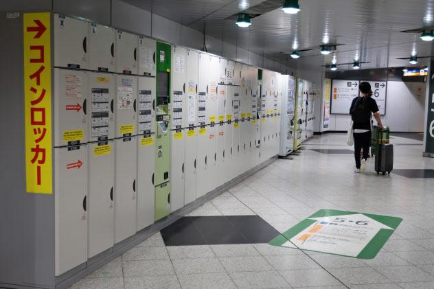 スーツケースを入れるには大型が必要だ(新宿駅構内に設置されているコインロッカー)