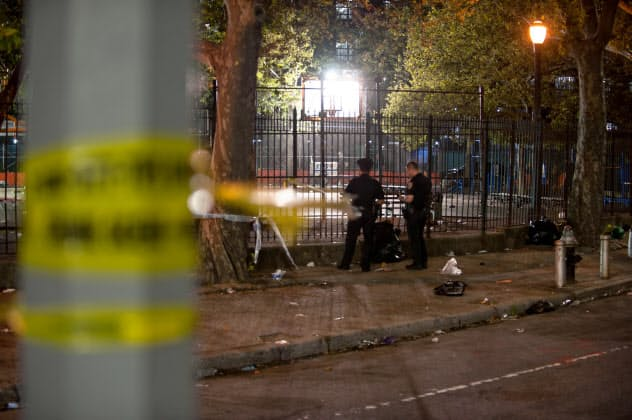 28日、乱射事件の現場を捜査する警察官=ロイター