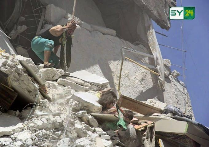 がれきに埋もれ妹つかむ シリア空爆、写真に衝撃: 日本経済新聞