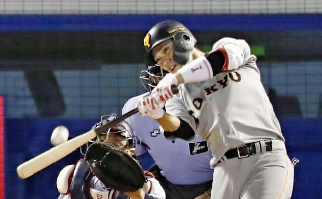 巨人・坂本勇はここまで昨季を大幅に上回る29本塁打。首位のチームを引っ張っている=共同