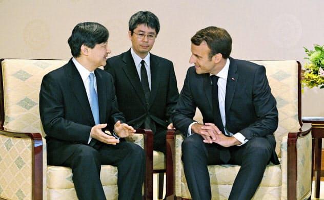 フランスのマクロン大統領と会見される天皇陛下=6月27日、宮殿・竹の間