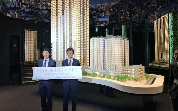地上45階建ての超高層タワーマンションといった3棟の建物で構成される「白金ザ・スカイ」の模型(29日、東京都港区内のモデルルーム)