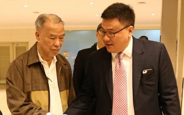 フィリピン航空の社長に就いたサンタマリア氏(右)とルシオ・タン会長(29日)