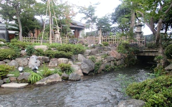 鴨川から引き込んだ水は苑内を通り高瀬川に流れ込む(京都市中京区のがんこ高瀬川二条苑)