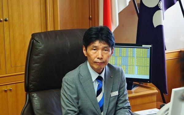 知事席に座った群馬県の山本一太新知事(29日、前橋市)