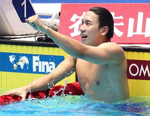 男子200メートル自由形で銀メダルを獲得し、喜ぶ松元=山本博文撮影