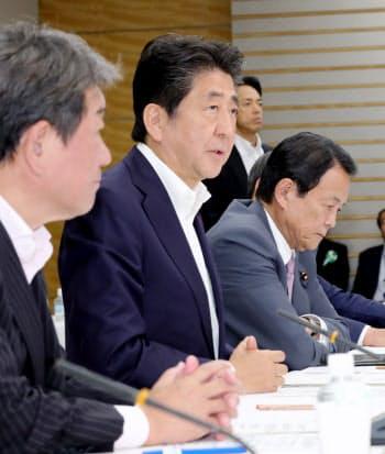 経済財政諮問会議であいさつする安倍首相(29日、首相官邸)