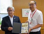 旧開智学校の記念切手を松本市に贈呈した