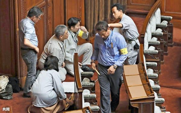 参院本会議場の改修に向けて計測などを行う工事関係者ら(26日、共同)