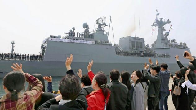 ソマリア沖への派遣部隊を見送る家族ら(3月、韓国・釜山)=聯合・共同