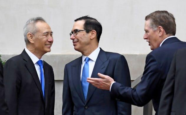 米国からライトハイザーUSTR代表(右)、ムニューシン米財務長官(中)が上海を訪れ、中国の劉鶴副首相と会談する(写真は5月の前回協議)=ロイター