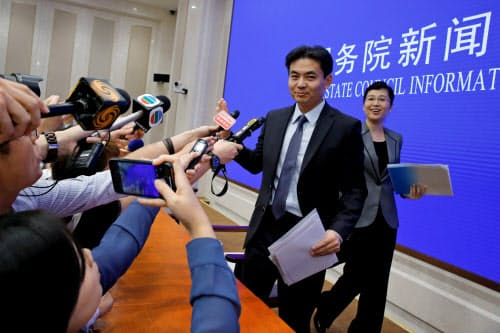 北京市で異例の記者会見を開いた中国政府の香港マカオ事務弁公室の報道官ら(29日)=ロイター