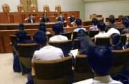 最高裁で開かれた法曹の仕事を紹介するイベントに登壇した弁護士4人(奥)の話を聴く学生ら(29日午後、最高裁第3小法廷)=共同