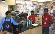 インドではネットで注文する料理の宅配市場が拡大している(地場大手ゾマトの配達員、ニューデリー近郊)
