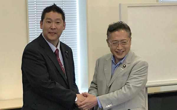 渡辺喜美参院議員(右)とN国の立花孝志代表(7月30日、国会内)