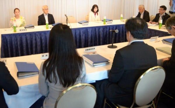 最低賃金の引き上げ額の目安を決める中央最低賃金審議会(30日、東京・中野)