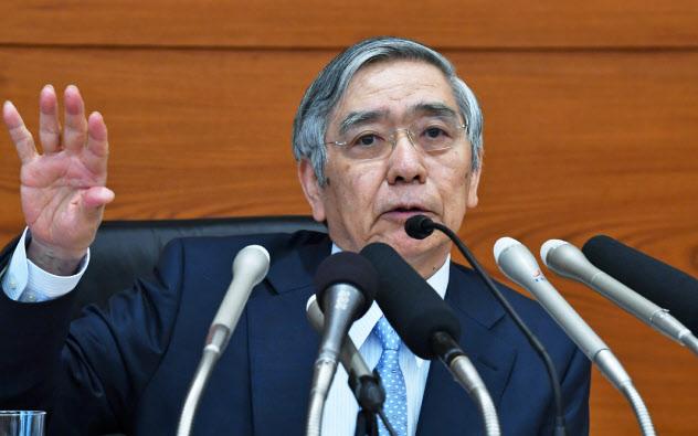 金融政策決定会合後、記者会見する日銀の黒田総裁(30日、日銀本店)