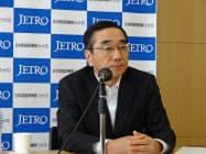 記者会見したジェトロの佐々木伸彦理事長(30日、東京・港)