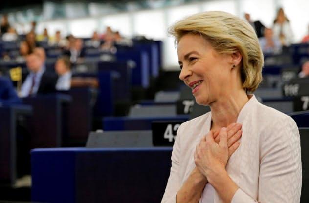 9票差で欧州委員長に選出され、安堵の表情を浮かべるフォンデアライエン氏(16日の欧州議会=ロイター)
