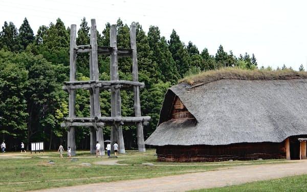 三内丸山遺跡では再現された縄文集落の中を歩くことができる(青森市)
