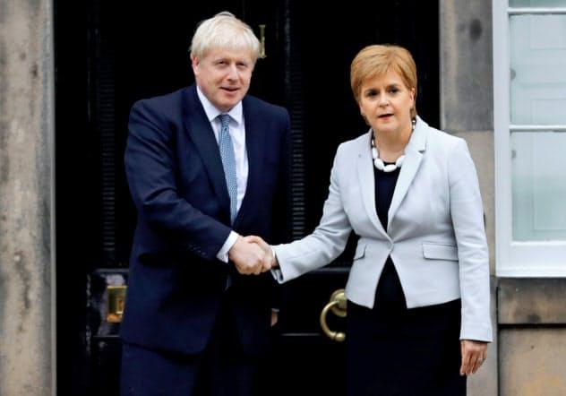 スコットランド自治政府のスタージョン首相(右)と会談するジョンソン英首相=ロイター