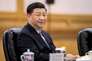 習近平政権は景気失速の回避へ強い姿勢を示す(北京、6月)=ロイター