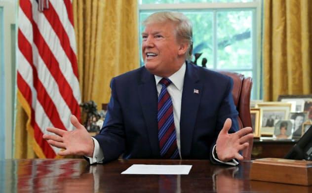トランプ米大統領は米経済の回復を、金融緩和と財政出動に託す=ロイター