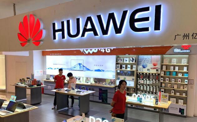 ファーウェイのスマホ販売は中国で伸びている(30日、広東省広州市)